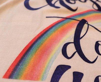 画像1: Love&Peace【愛と平和】ネイビーラメ文字×ラメ虹Tシャツ