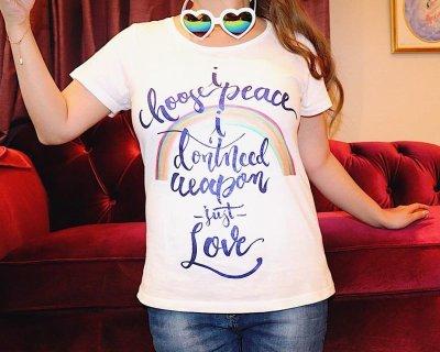 画像2: Love&Peace【愛と平和】ネイビーラメ文字×ラメ虹Tシャツ